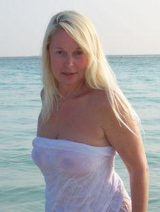 Елена Кондулайнен засветила соски на Мальдивских островах фото #3