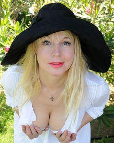 Елена Кондулайнен показывает стриптиз в эротическом белье фото #2