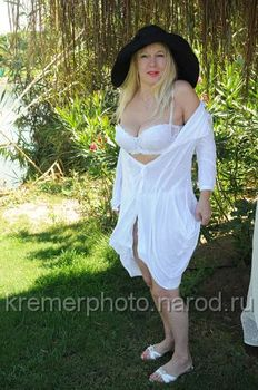 Елена Кондулайнен показывает стриптиз в эротическом белье фото #4