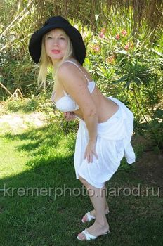 Елена Кондулайнен показывает стриптиз в эротическом белье фото #6