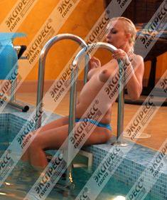 Юлия Шилова купается голой в бассейне фото #5