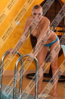 Юлия Шилова купается голой в бассейне фото #6
