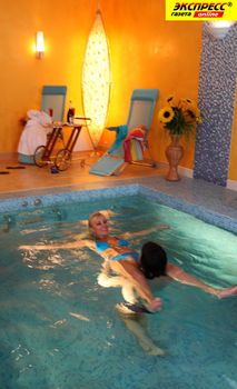 Юлия Шилова купается голой в бассейне фото #24