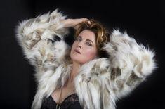 Шикарная Люси Лоулесс в сексуальном наряде для промо-компании спектакля «The Pleasuredome» фото #2