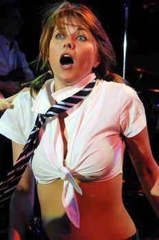 Пикантный образ Люси Лоулесс в спектакле The Pleasuredome фото #1