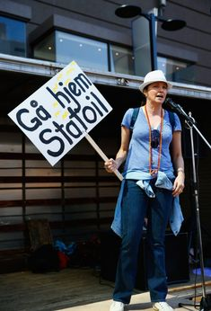 Люси Лоулесс без лифчика во время протестов в Окленде фото #1