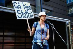 Люси Лоулесс без лифчика во время протестов в Окленде фото #2
