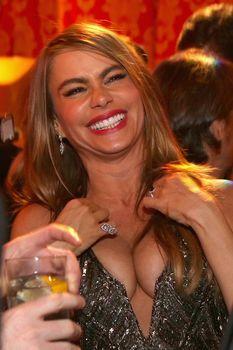 София Вергара в платье с глубоким декольте на вечеринке «Золотой глобус» фото #1