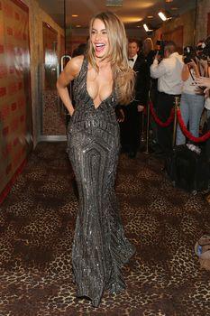 София Вергара в платье с глубоким декольте на вечеринке «Золотой глобус» фото #3