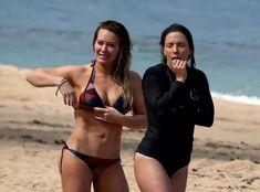 Хилари Дафф гуляет в купальнике по пляжу на Гавайях фото #3