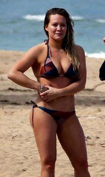 Хилари Дафф гуляет в купальнике по пляжу на Гавайях фото #5