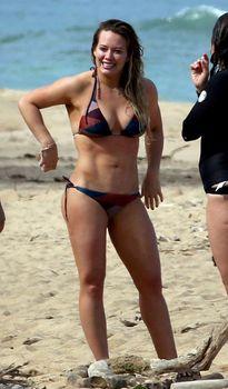 Хилари Дафф гуляет в купальнике по пляжу на Гавайях фото #6