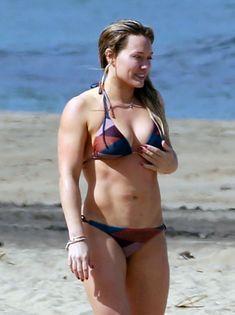 Хилари Дафф гуляет в купальнике по пляжу на Гавайях фото #7