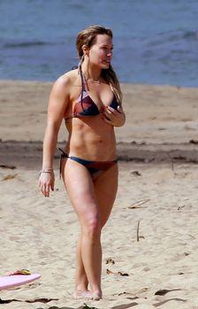 Хилари Дафф гуляет в купальнике по пляжу на Гавайях фото #8