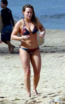 Хилари Дафф гуляет в купальнике по пляжу на Гавайях фото #9
