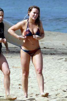 Хилари Дафф гуляет в купальнике по пляжу на Гавайях фото #10