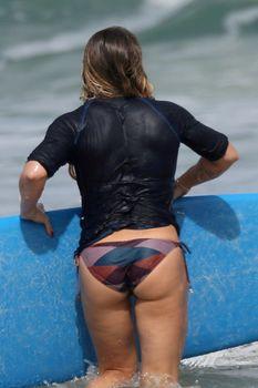 Хилари Дафф гуляет в купальнике по пляжу на Гавайях фото #17
