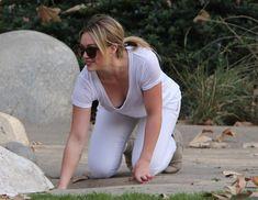 Аппетитное декольте Хилари Дафф на прогулке в Калифорнии фото #2