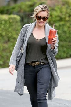Торчащие соски Хилари Дафф в Лос-Анджелесе фото #3