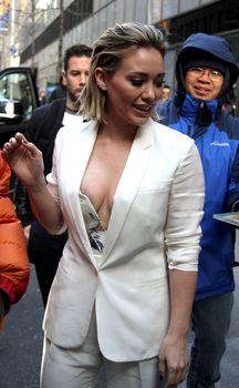 Хилари Дафф засветила сиську перед эфиром Today фото #10