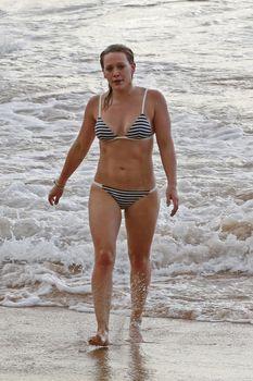 Сексуальная фигура Хилари Дафф в бикини на пляже Мауи фото #2