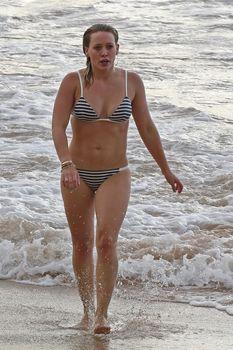 Сексуальная фигура Хилари Дафф в бикини на пляже Мауи фото #4