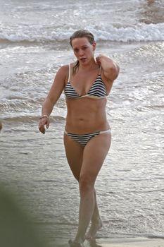 Сексуальная фигура Хилари Дафф в бикини на пляже Мауи фото #6