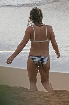 Сексуальная фигура Хилари Дафф в бикини на пляже Мауи фото #9
