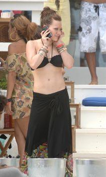 Сексуальный чёрный бикини Хилари Дафф фото #12