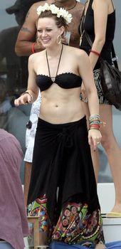 Сексуальный чёрный бикини Хилари Дафф фото #13