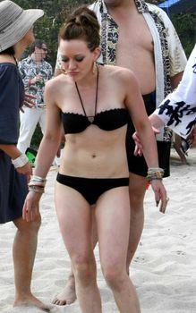Сексуальный чёрный бикини Хилари Дафф фото #21