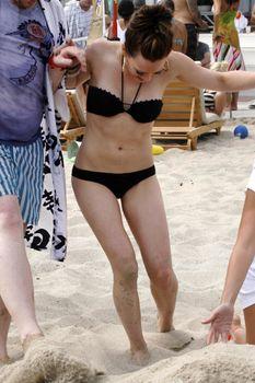 Сексуальный чёрный бикини Хилари Дафф фото #23