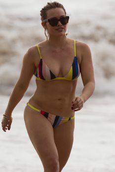 Сексуальная Хилари Дафф в ярком бикини на пляже Мауи фото #25
