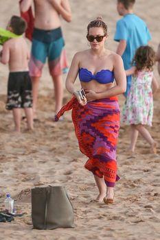 Фигуристая Хилари Дафф в ярком купальнике в Мауи фото #1