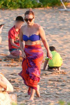 Фигуристая Хилари Дафф в ярком купальнике в Мауи фото #4