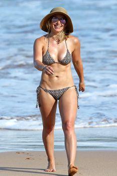 Красивая Хилари Дафф в маленьком купальнике на Гавайях фото #1