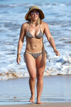 Красивая Хилари Дафф в маленьком купальнике на Гавайях фото #3