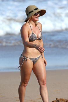 Красивая Хилари Дафф в маленьком купальнике на Гавайях фото #4
