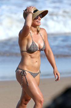 Красивая Хилари Дафф в маленьком купальнике на Гавайях фото #5