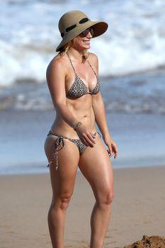 Красивая Хилари Дафф в маленьком купальнике на Гавайях фото #6