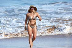 Красивая Хилари Дафф в маленьком купальнике на Гавайях фото #7