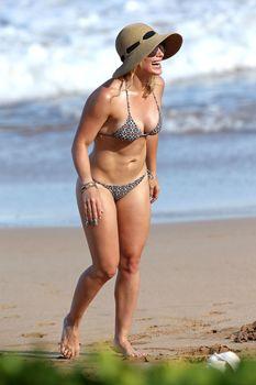 Красивая Хилари Дафф в маленьком купальнике на Гавайях фото #11