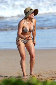 Красивая Хилари Дафф в маленьком купальнике на Гавайях фото #12