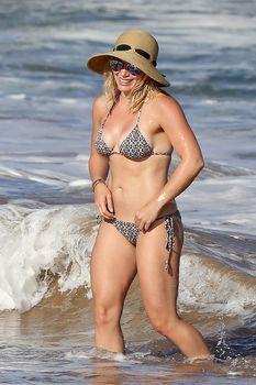 Красивая Хилари Дафф в маленьком купальнике на Гавайях фото #14