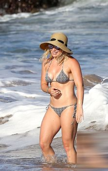Красивая Хилари Дафф в маленьком купальнике на Гавайях фото #15
