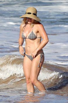 Красивая Хилари Дафф в маленьком купальнике на Гавайях фото #16