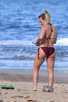 Хилари Дафф гуляет в сексуальном бикини на Гавайях фото #4