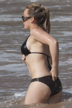 Хилари Дафф в купальнике на пляже Тихого океана фото #2