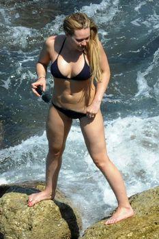 Хилари Дафф в маленьком бикини в Италии фото #2