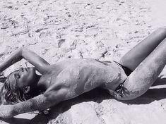 Эльза Хоск топлесс на песчаном пляже фото #1